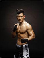 日本拳手对杨建平满脸吐口水,老杨怒了冲上擂台一脚KO教练与日本拳手!